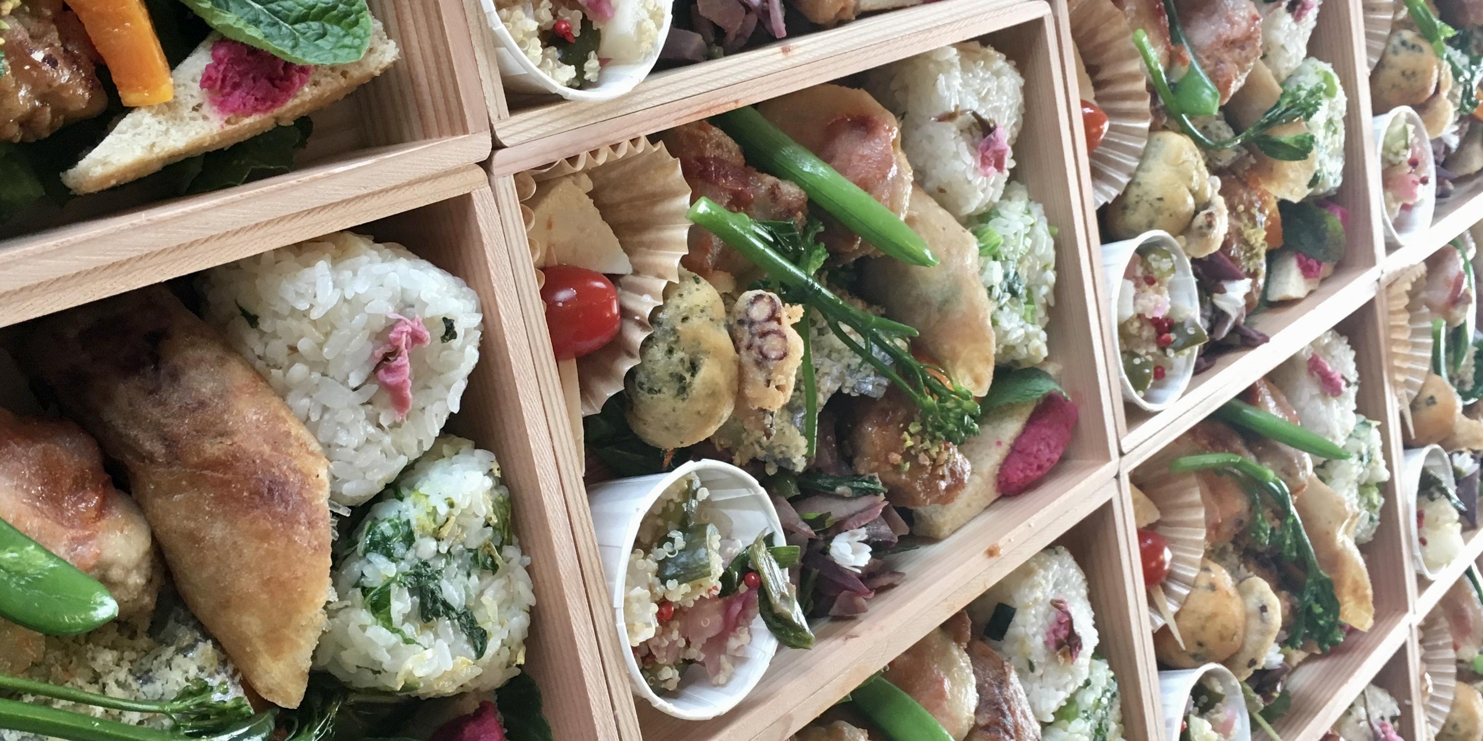 木箱入りの豪華な春弁当でおもてなし!